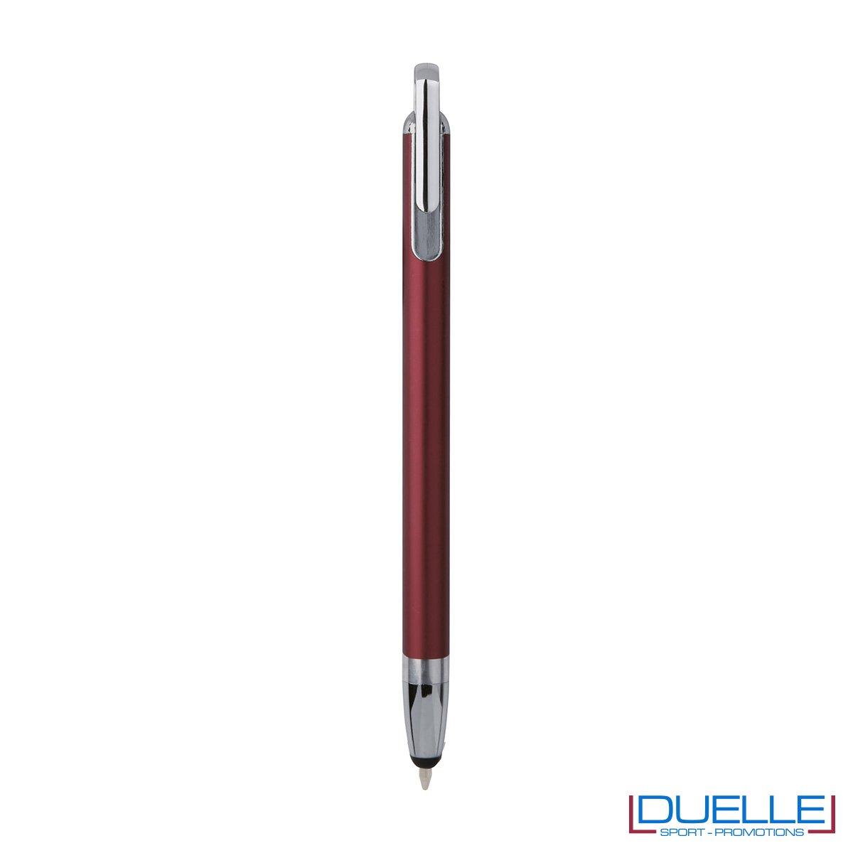 Penna touch screen con fusto interamente in metallo e puntale in plastica. Meccanismo di apertura a scatto che fa fuoriuscire la punta della penna dal gommino touch screen.