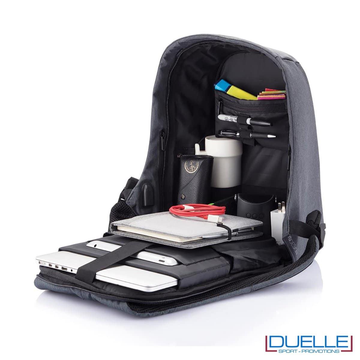 Vano centrale con porta computer e porta tablet e numerose tasche interne su zaino anti taccheggio personalizzato