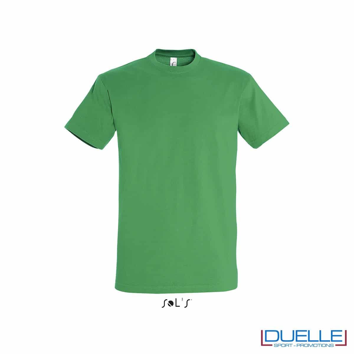 T-shirt promozionale in cotone pesante colore verde prato personalizzata con ricamo o stampa
