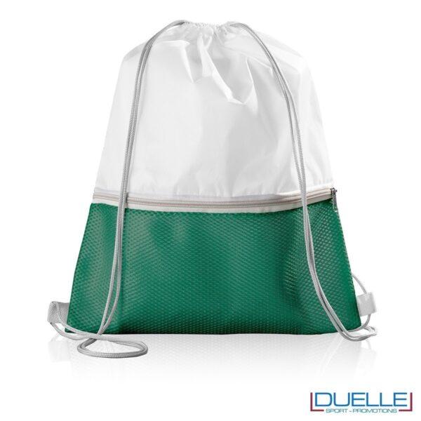 Zaino in nylon con tasca in mesh colore verde scuro personalizzato con stampa a colori