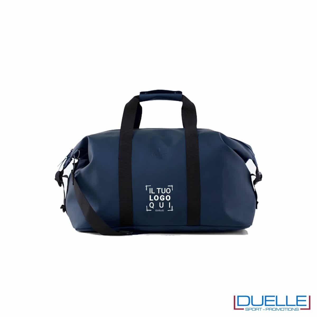 borsa impermeabile RAINS colore blu stampato con logo