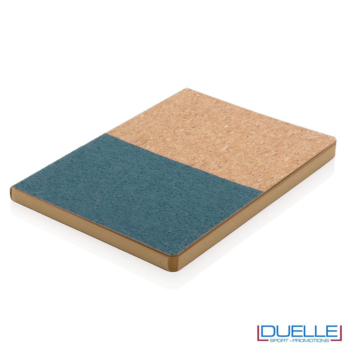 Quadernino in sughero blu navy sul piano