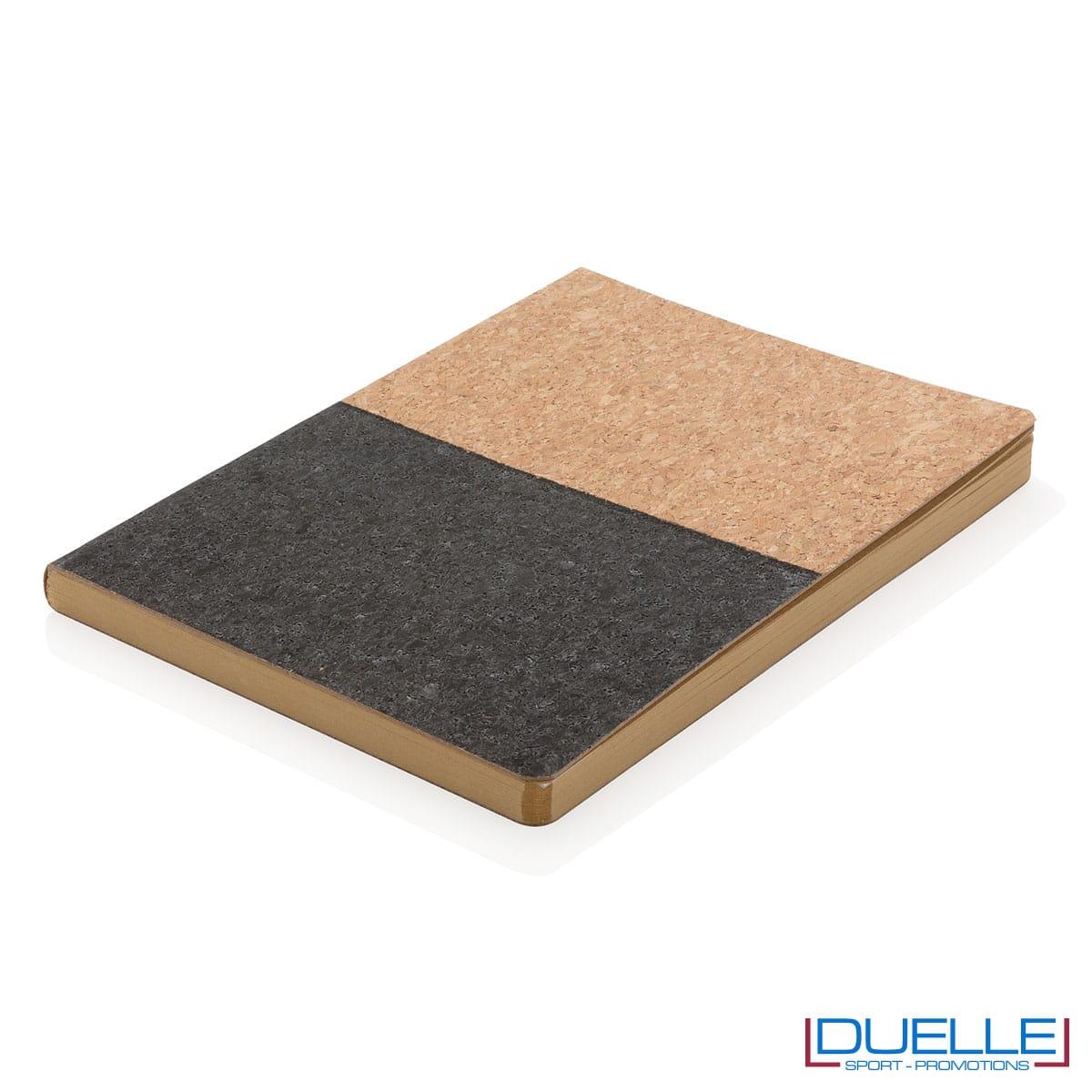 Quadernino in sughero nero sul piano