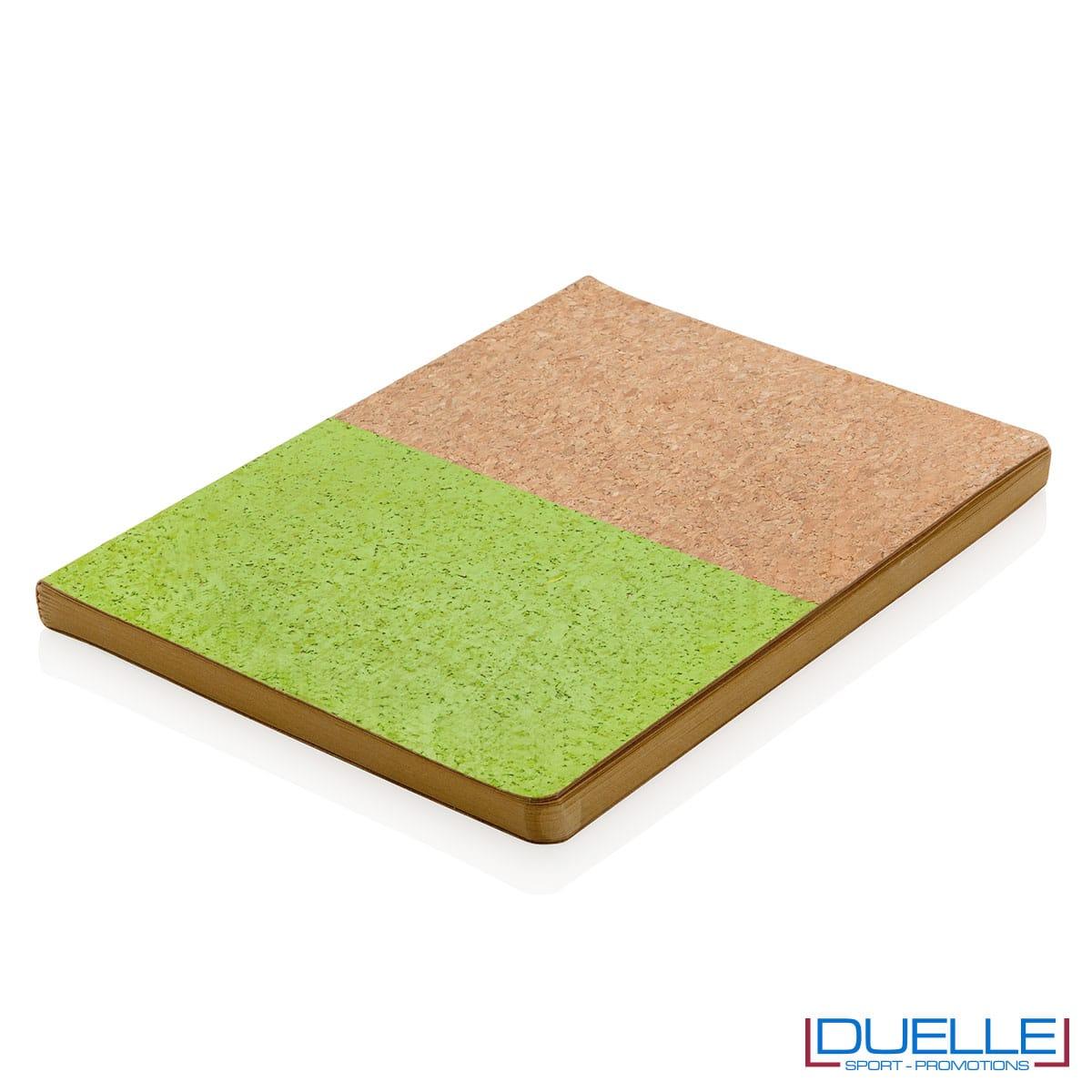 Quadernino in sughero verde sul piano