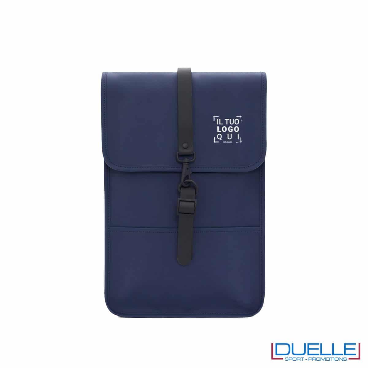 Backpack mini Rains® colore blu personalizzabile con il tuo logo