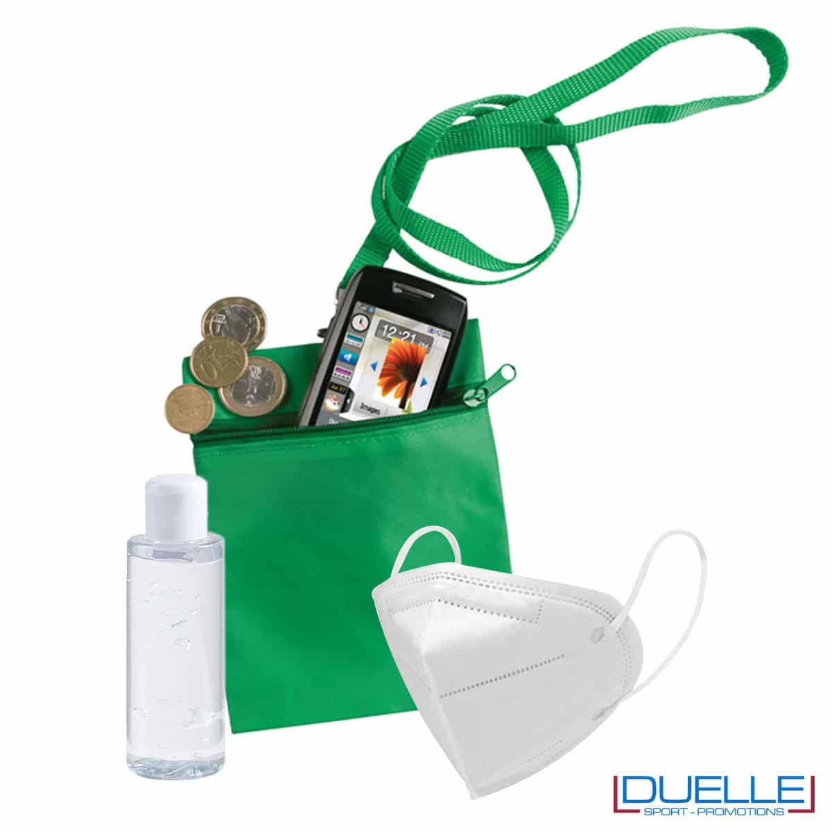 Set da viaggio igienizzante con bustina colore verde personalizzata