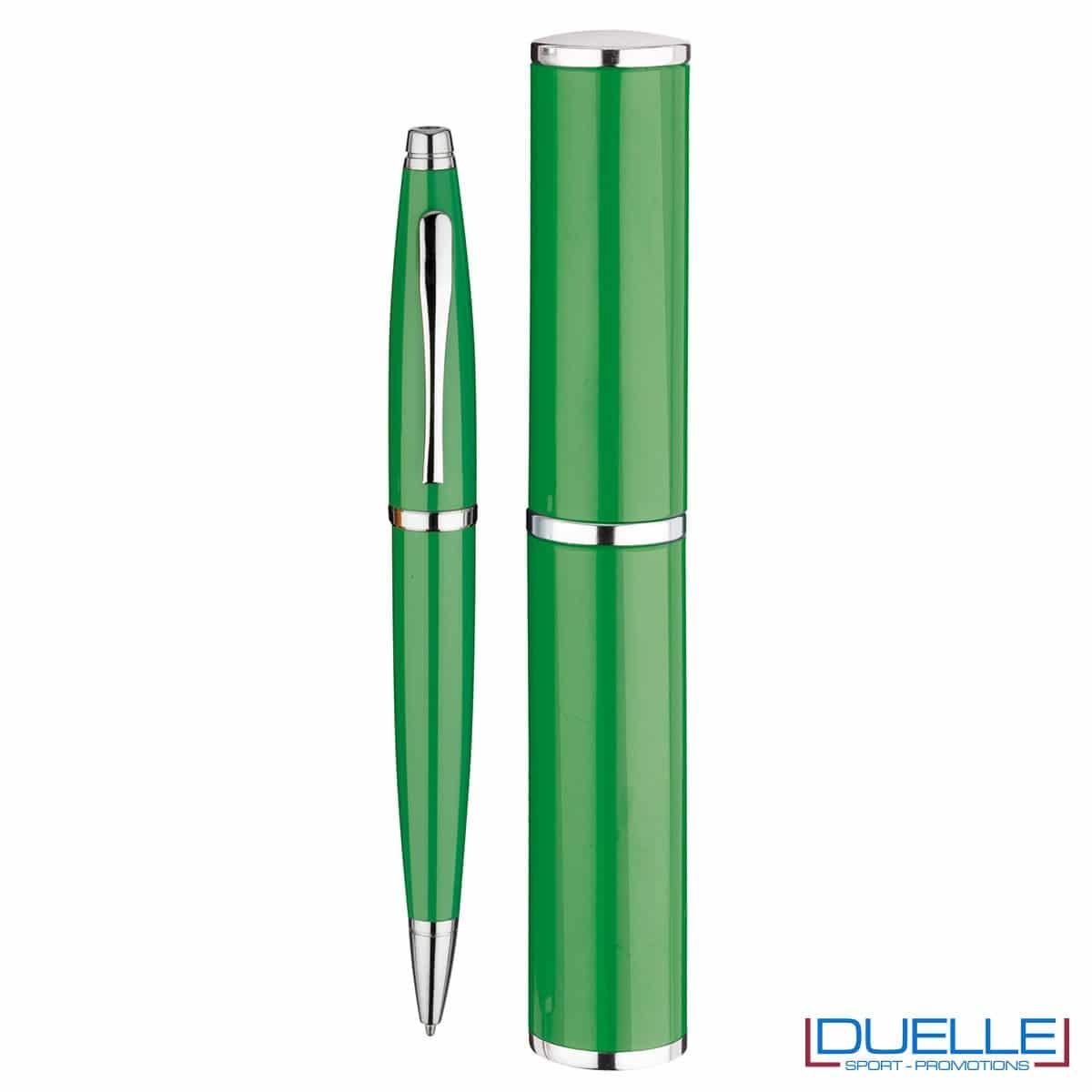 penna personalizzata in alluminio colore verde confezionata in cilindro regalo