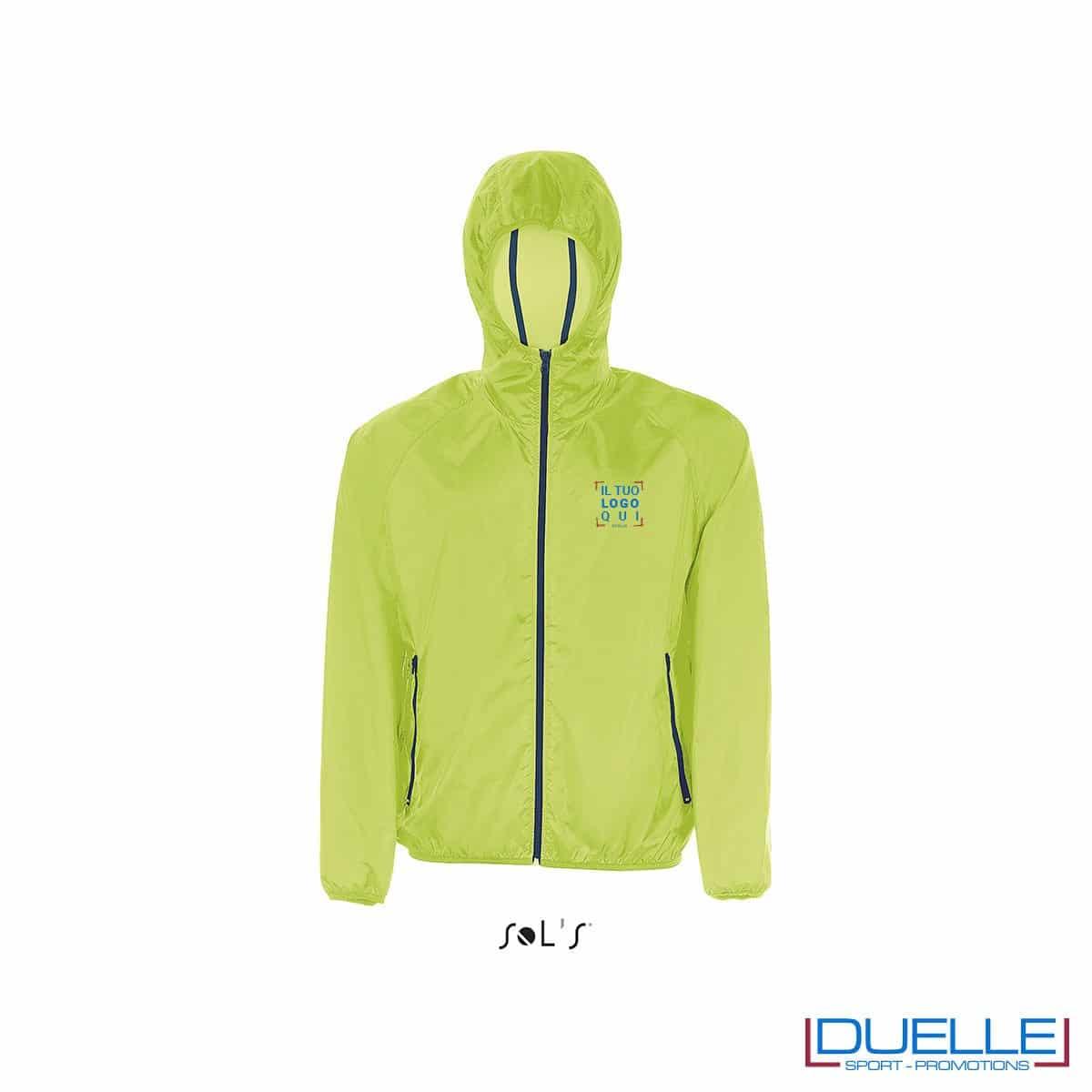 giacca antivento personalizzata in colore verde, kappa way personalizzato verde, k-way personalizzato verde, abbigliamento promozionale personalizzato