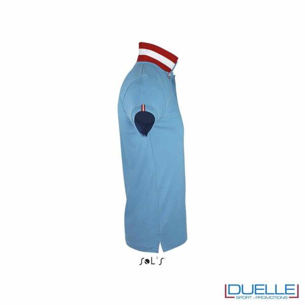 polo personalizzata azzurra con colletto a contrasto vista di profilo, polo personalizzate
