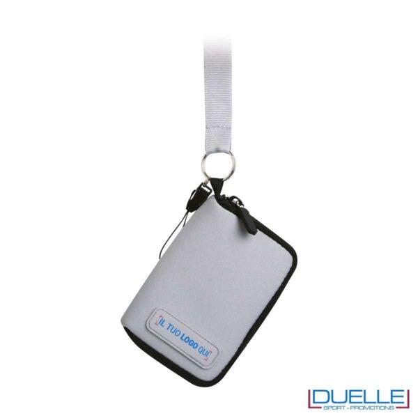 portacellulare da collo con cerniera e foro per cuffie in colore grigio personalizzato, gadget estate, gadget personalizzati