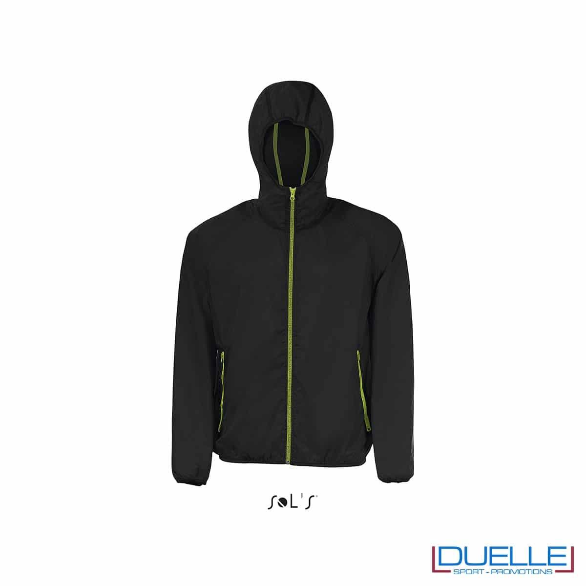 giacca antivento personalizzata in colore nero, kappa way personalizzato nero, k-way personalizzato nero, abbigliamento promozionale personalizzato
