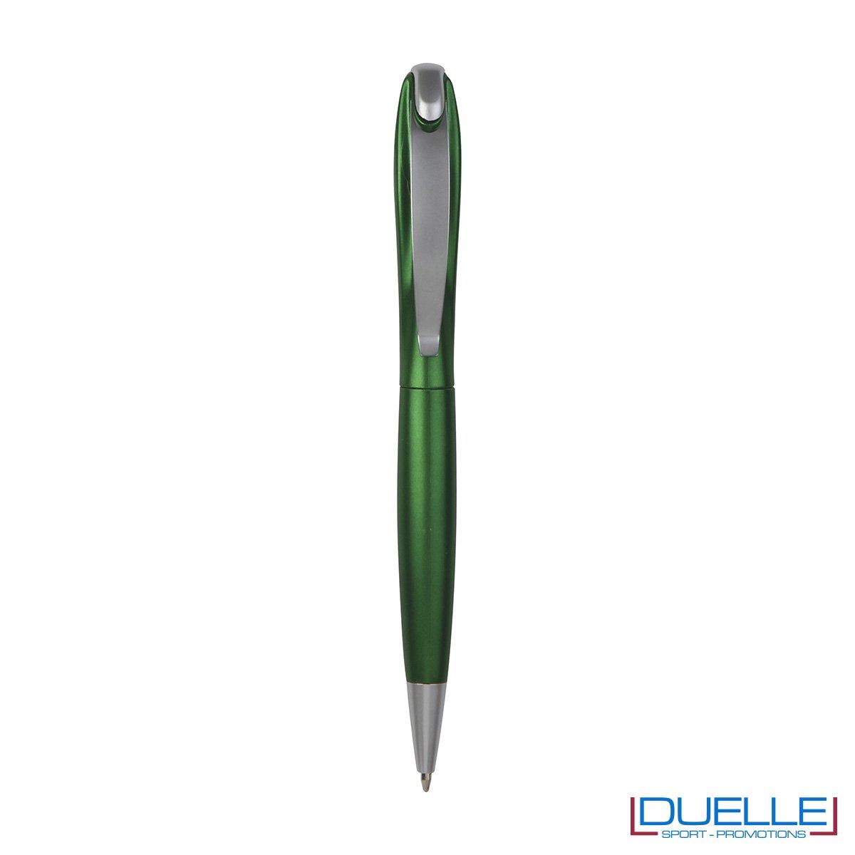 Penna a sfera in plastica colorata con effetto metalizzato e sistema di chiusura a rotazione.