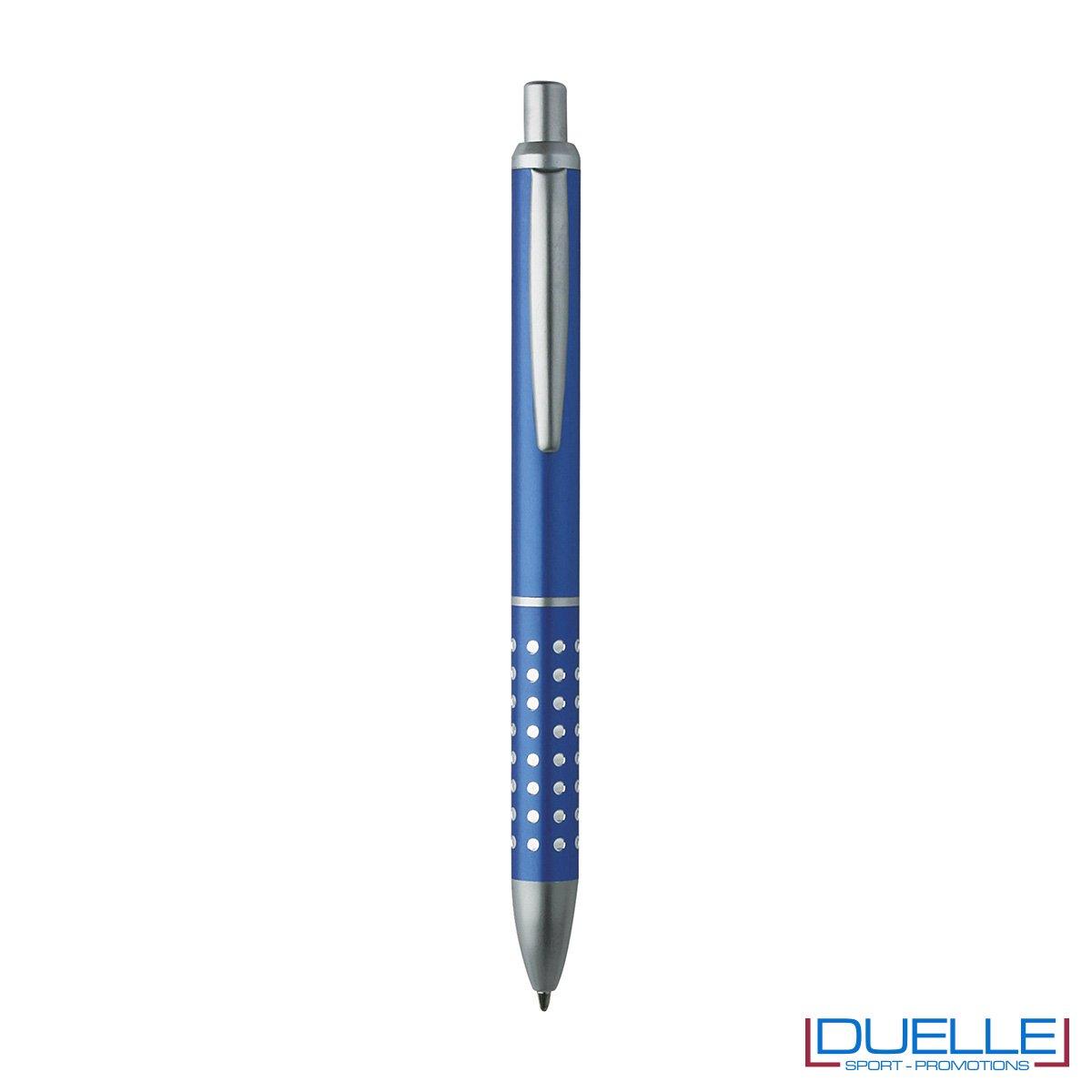 Penna a sfera con fusto in alluminio e puntale e clip in metallo, chiusura a scatto. Adatta per personalizzazione con incisione laser.