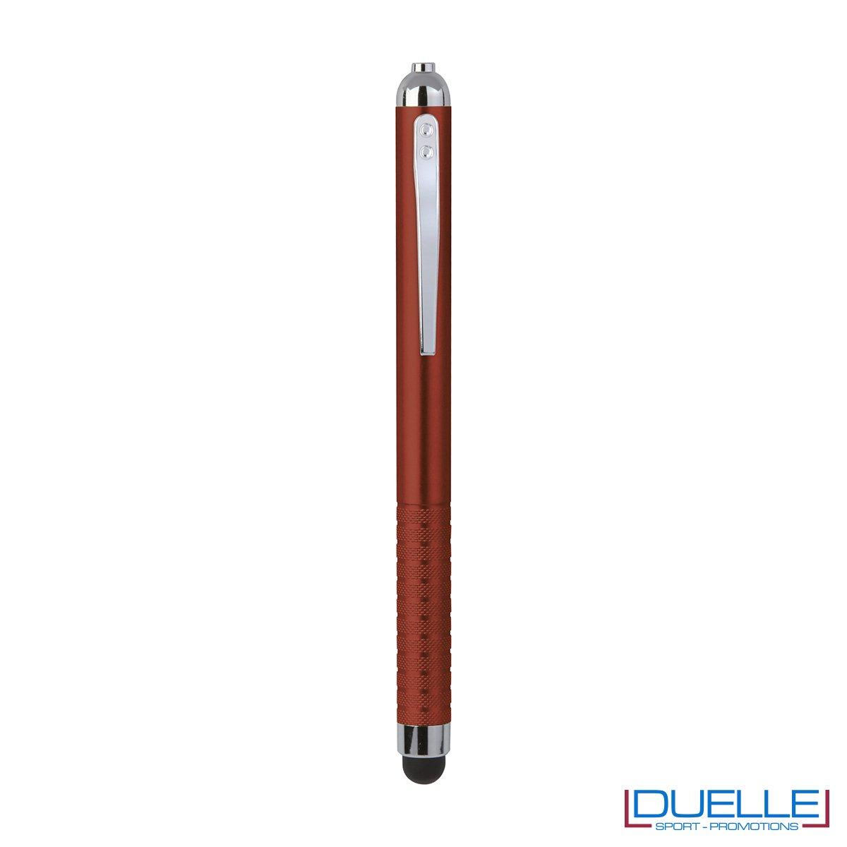 Penna touch screen con fusto in plastica. Per far uscire la punta per la scrittura basta capovolgere sottosopra la penna e la punta uscira nella parte superiore dove è situata la clip.