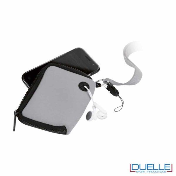 particolare di portacellulare da collo con cerniera e foro per cuffie in colore grigio personalizzato, gadget estate, gadget personalizzati