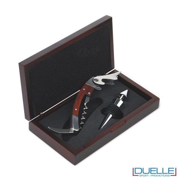 Set vino a 2 pezzi presentato in elegante scatola in legno contenente tappo in metallo e cavatappi con apribottiglie e coltellino.