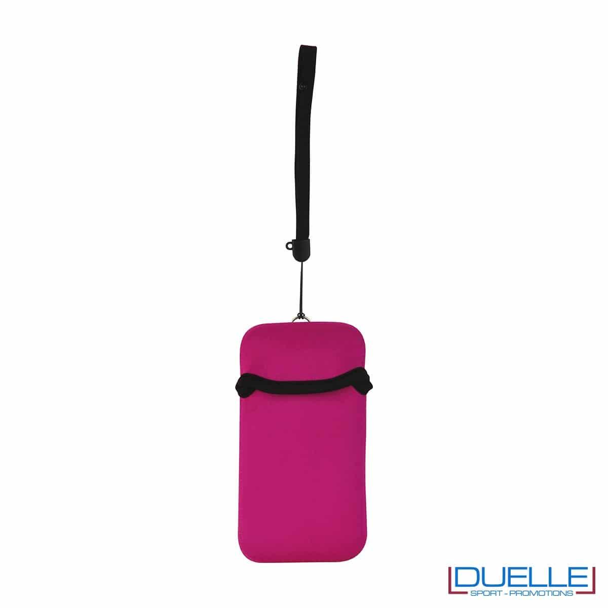 Portacellulare personalizzato in neoprene colore FUXIA da appendere al collo. gadget estivi personalizzati, gadget personalizzati