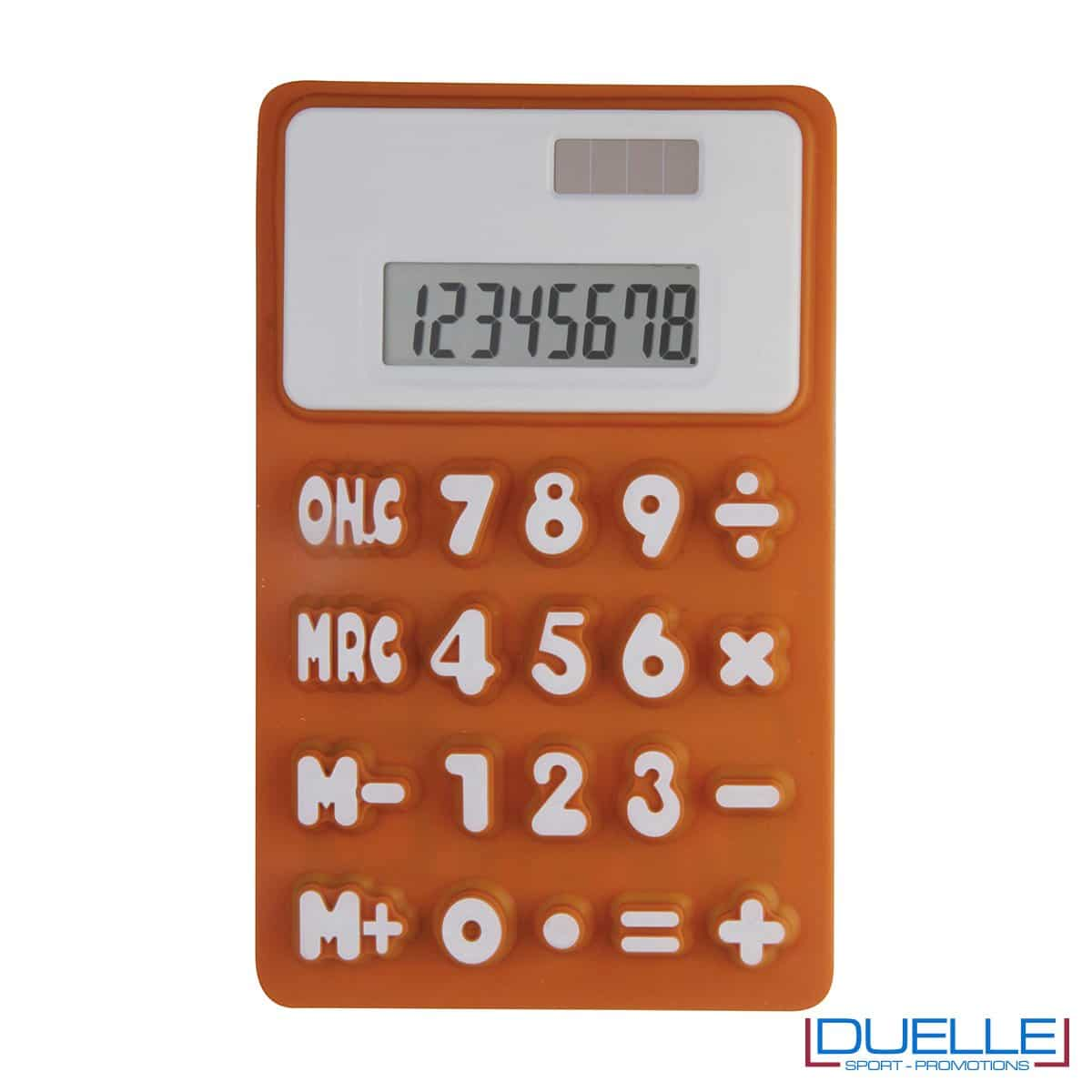 Calcolatrice a 8 cifre in morbida gomma e con calamita sul retro. Doppia alimentazione.