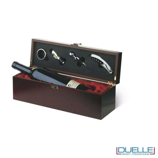 Cassetta porta bottiglia in confezione regalo, con accessori per la degustazione del vino: tappo, tappo dispenser, collare salvagoccia e cavatappi multiuso. Chiusura in metallo con gancio.