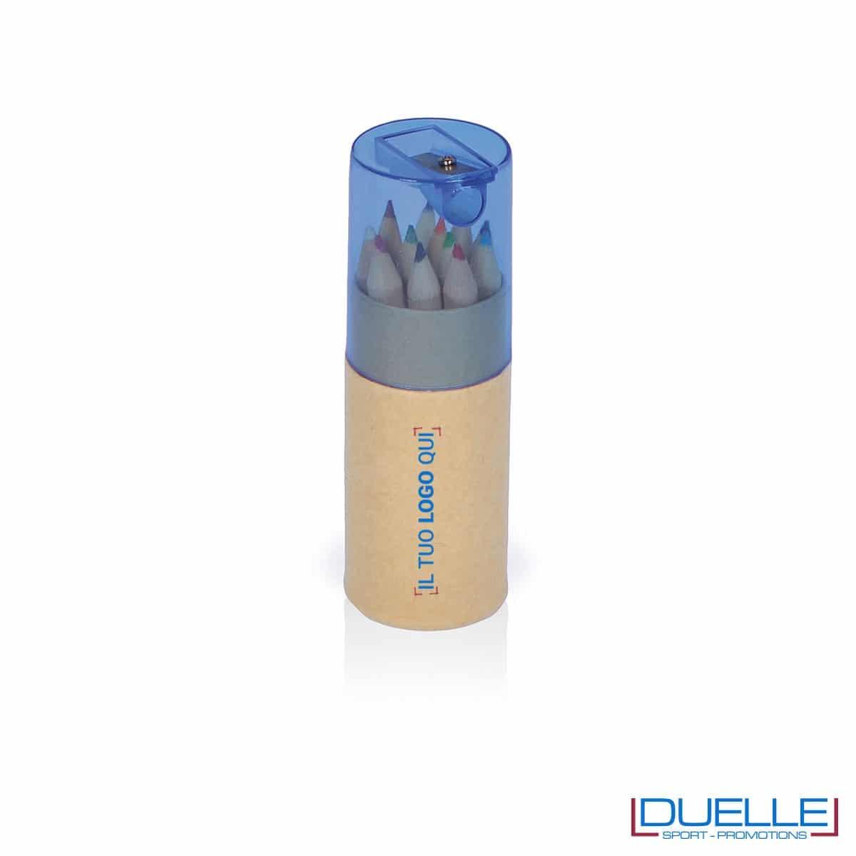 set personalizzabile di 12 matitine colorate 100% cartone riciclato con temperamatite blu incluso nel cappuccio